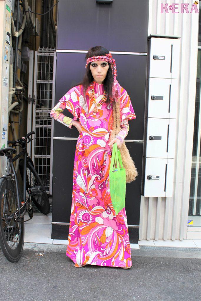サイケな柄のワンピで\u002770sヒッピーファッション 大阪に集まるおしゃれさんを日々紹介! 撮影○ジャックナイフ ケン